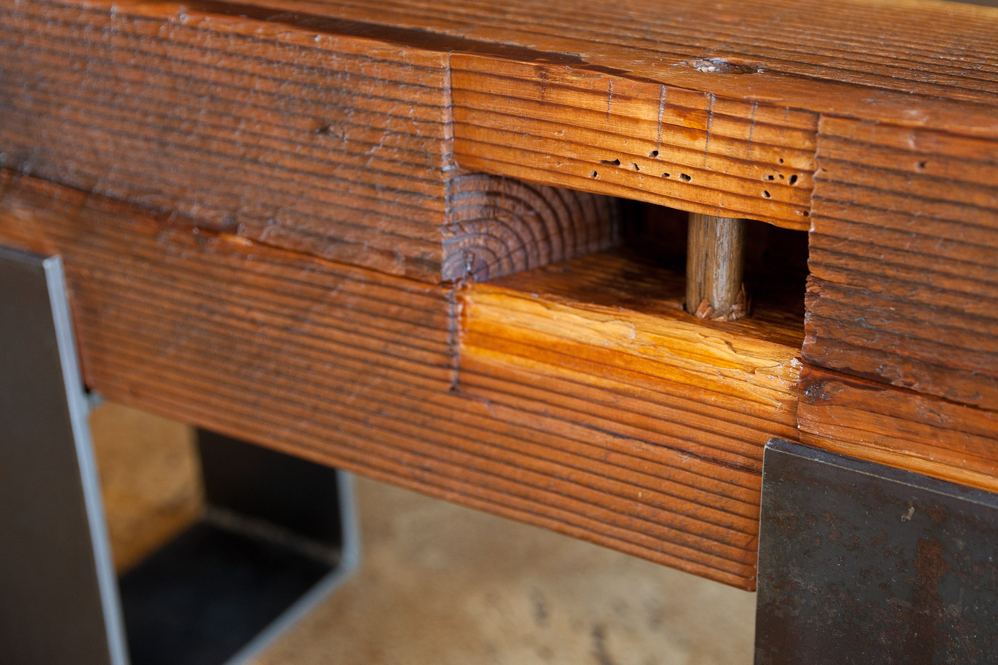 Read more about the article Reclaimed Wood Beam and Steel Plate Bench